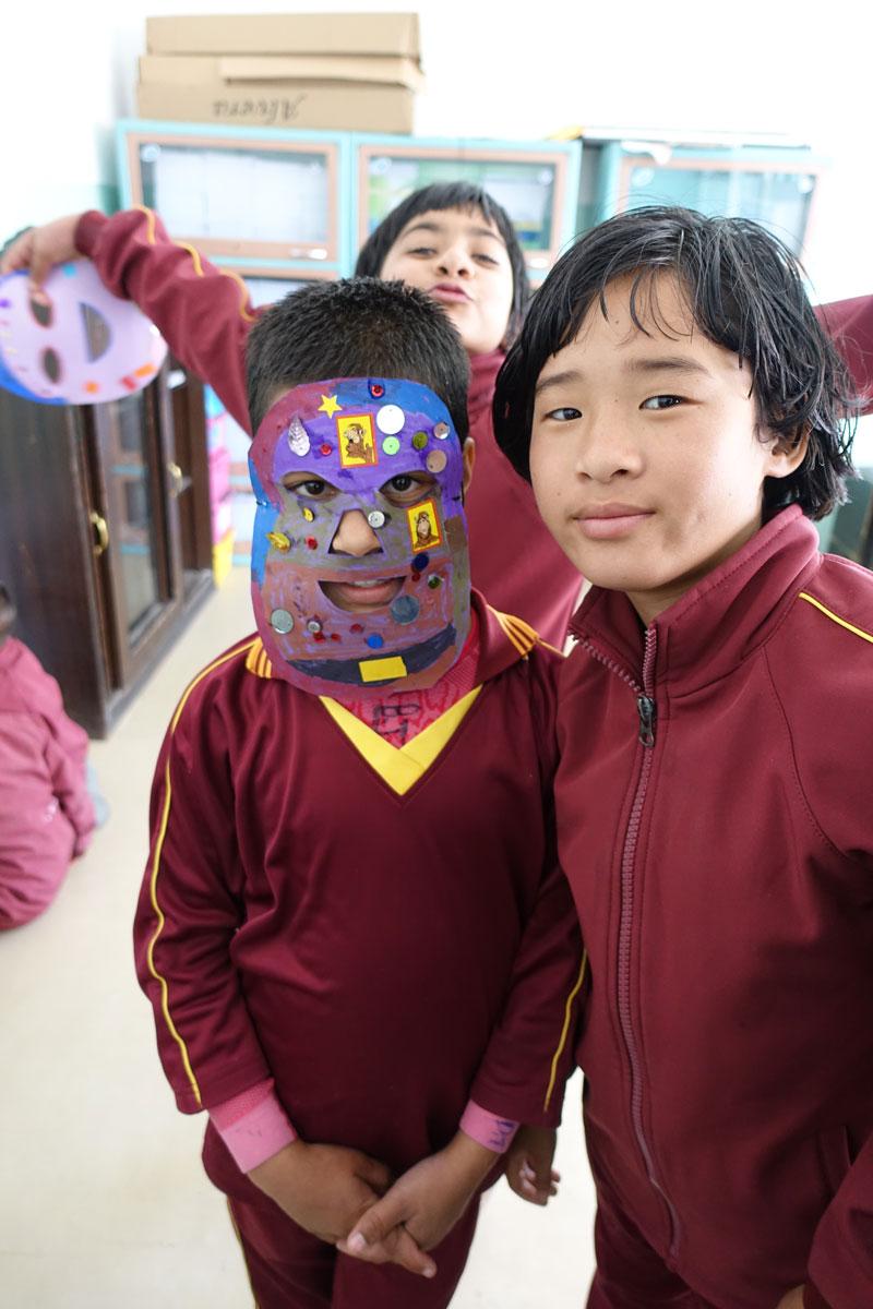 Alisha (rechts) und Sabita (links) mit ihrer gebastelten Maske.