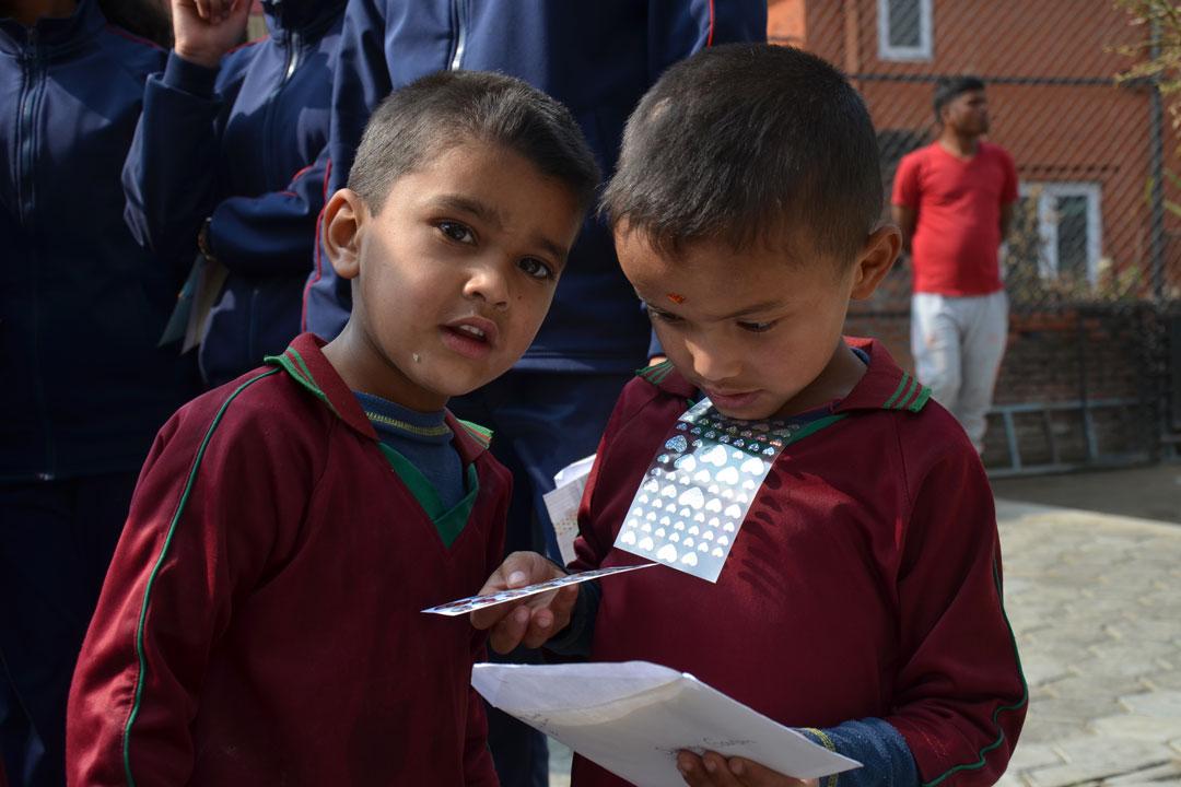 Niraj und Subendra mit ihrem Brief. Highlight sind vor allem auch die beigelegten Sticker und Fotos.