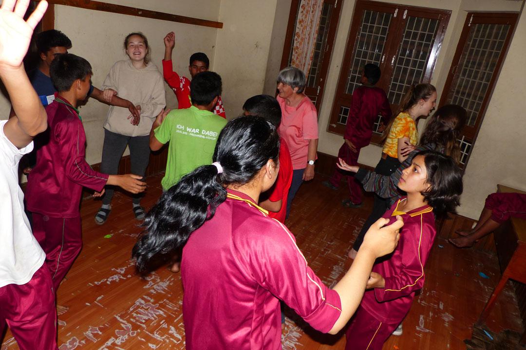 Mitte April wurde in Nepal Neujahr gefeiert und natürlich fand auch bei uns eine kleine Neujahrsparty statt.