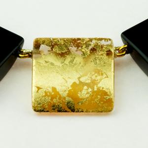 Detail unserer schwarzen Kette und einem Blickfänger in der Mitte mit Goldauflage.