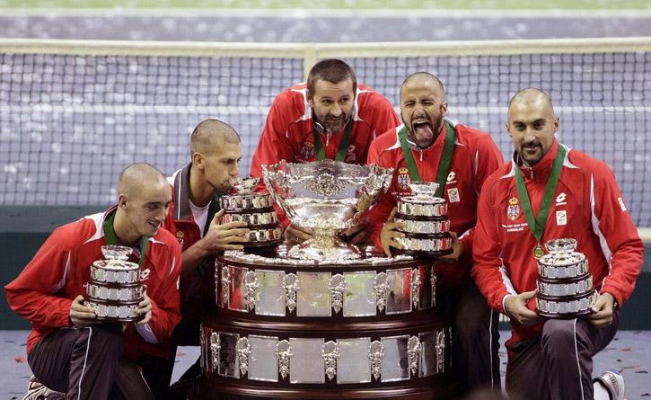 El equipo de Serbia con la Copa Davis ganada en el 2010. Como promesa, todos los jugadores se raparon.
