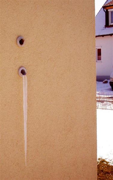 Eiszapfen sind meist im ersten Winter am größten, da hier zunächst die feuchten Wände getrocknet werden müssen..