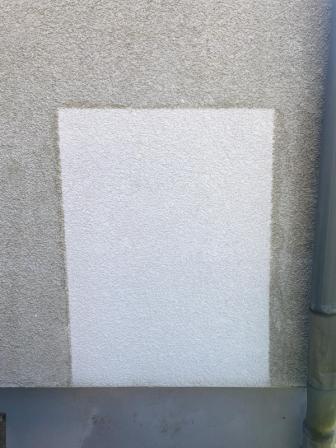 Kleine Musterfläche vor dem Reinigen der Fassade