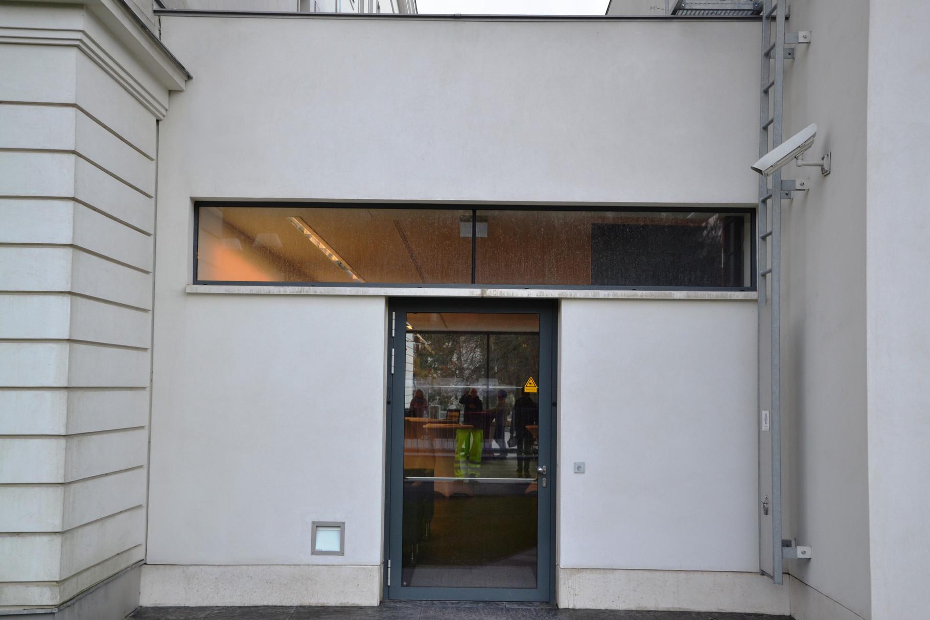 Der Eingangsbereich nach der Fassadenreinigung