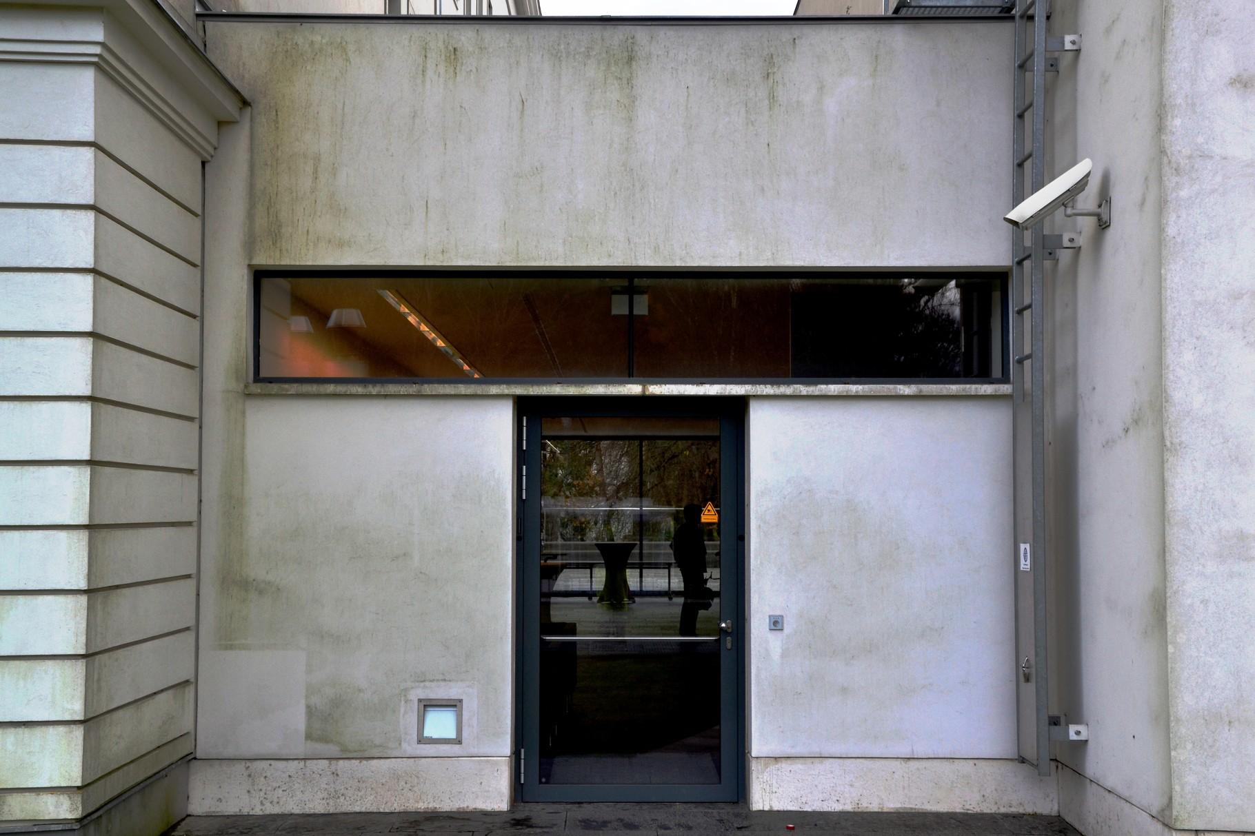 Eingangsbereich mit 'einfachem' Algenbefall vor der Fassadenreinigung