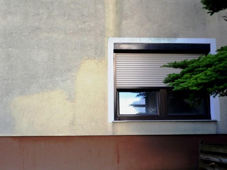 Musterfläche der Fassadenreinigung nach nur wenigen Minuten