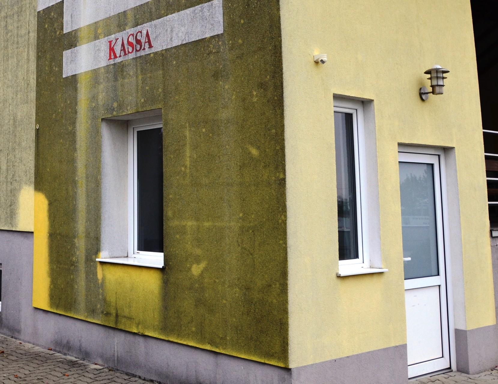 Fassadenreinigung im Kassenbereich (vorher)