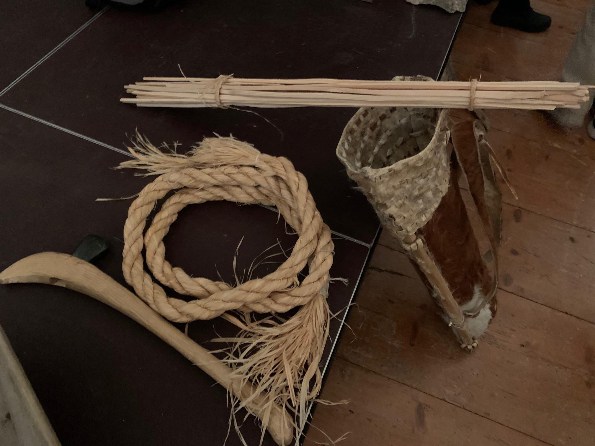 Seil aus Lindenbast, Tragesack, Leuchtspäne aus Tannenholz