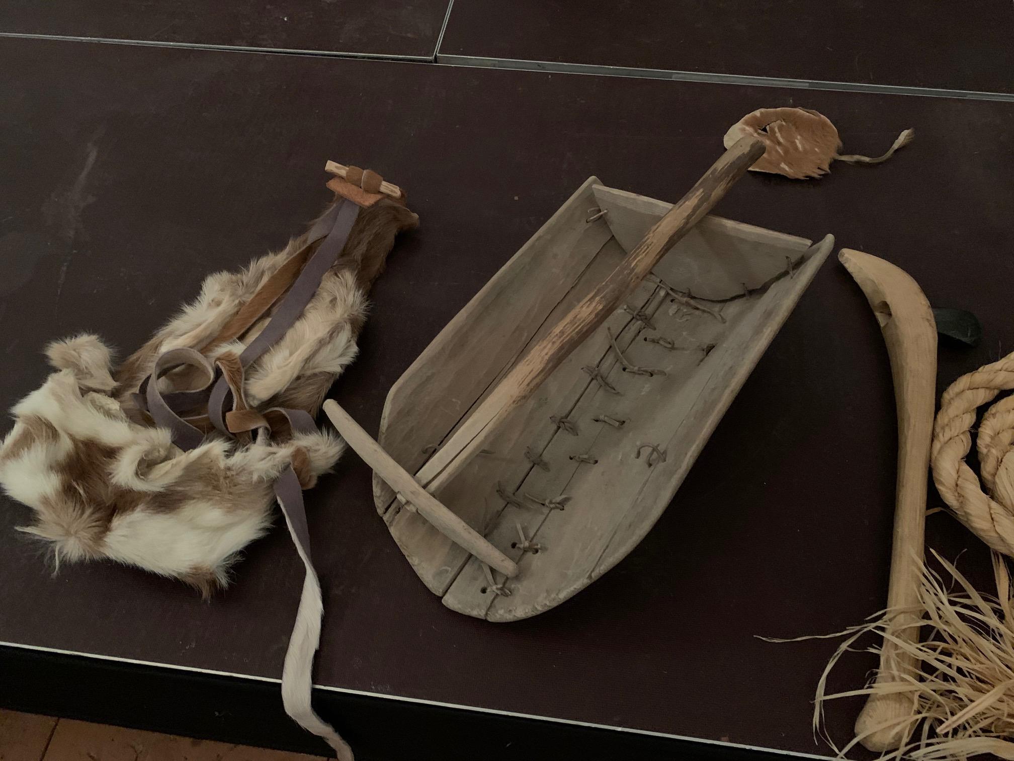Funktionelle Arbeitsgeräte: ein Rucksack aus Ziegenfell und Kratze und Schaufel zum Einsammeln des Salzes