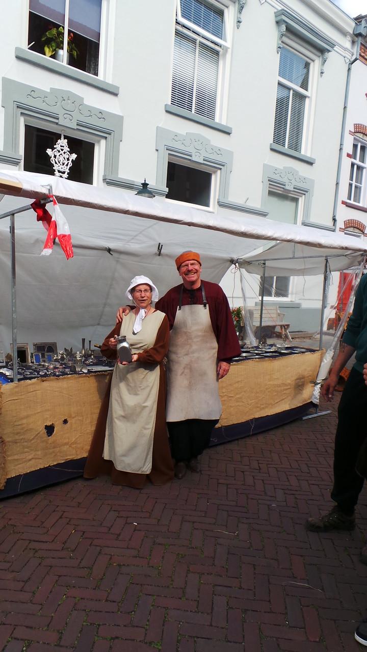 De tingieter en zijn vrouw in middeleeuwse kleding