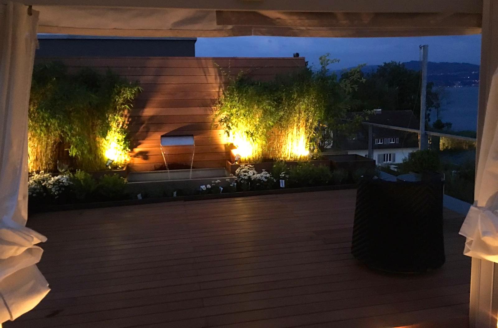 Dachterrasse mit Gartenbeleuchtung in Meilen