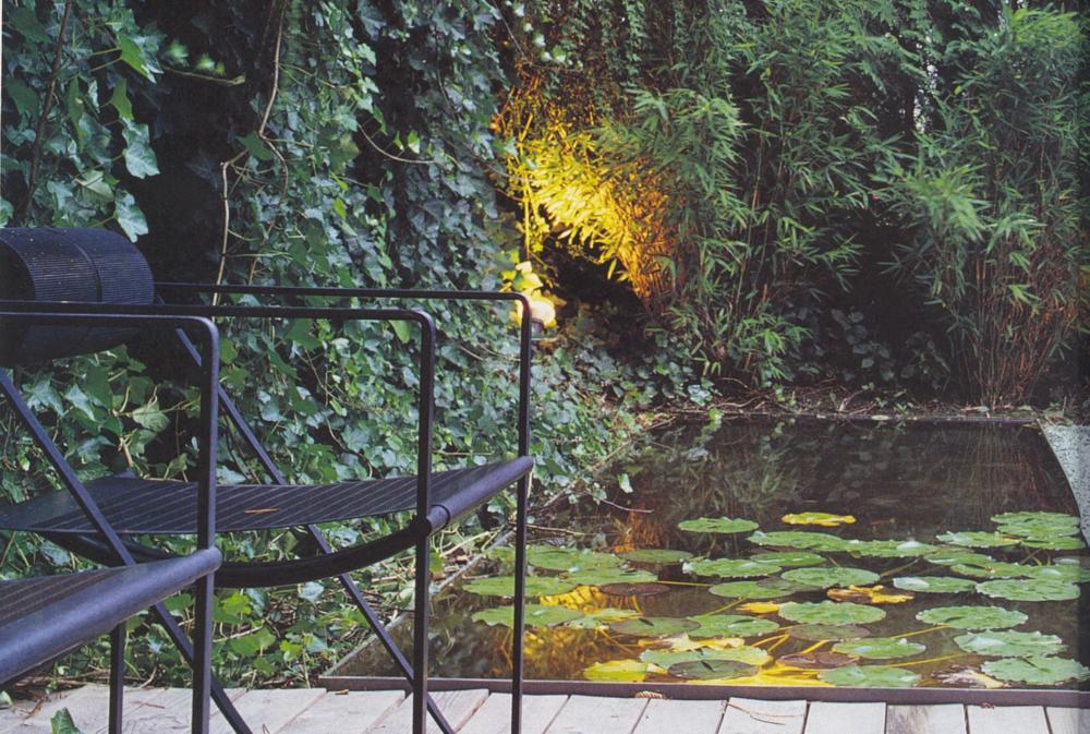 Rohstahlbecken mit Seerosen und Beleuchtung Privatgarten Zürichberg