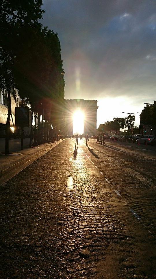 シャンゼリゼの車道が通行止めになり、凱旋門の向こうに沈む夕日が、鮮やかな光を放つ瞬間。太陽のカード!
