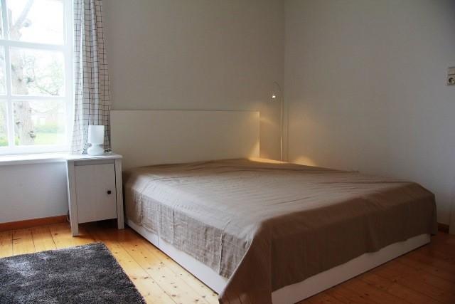 Schlafzimmer mit Doppelbett unten. Sicht auf das Bett