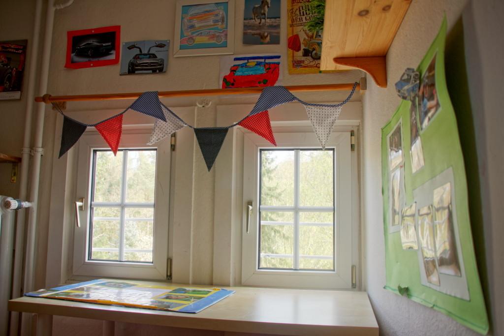 Kinderzimmer mit Blick auf den Spielplatz