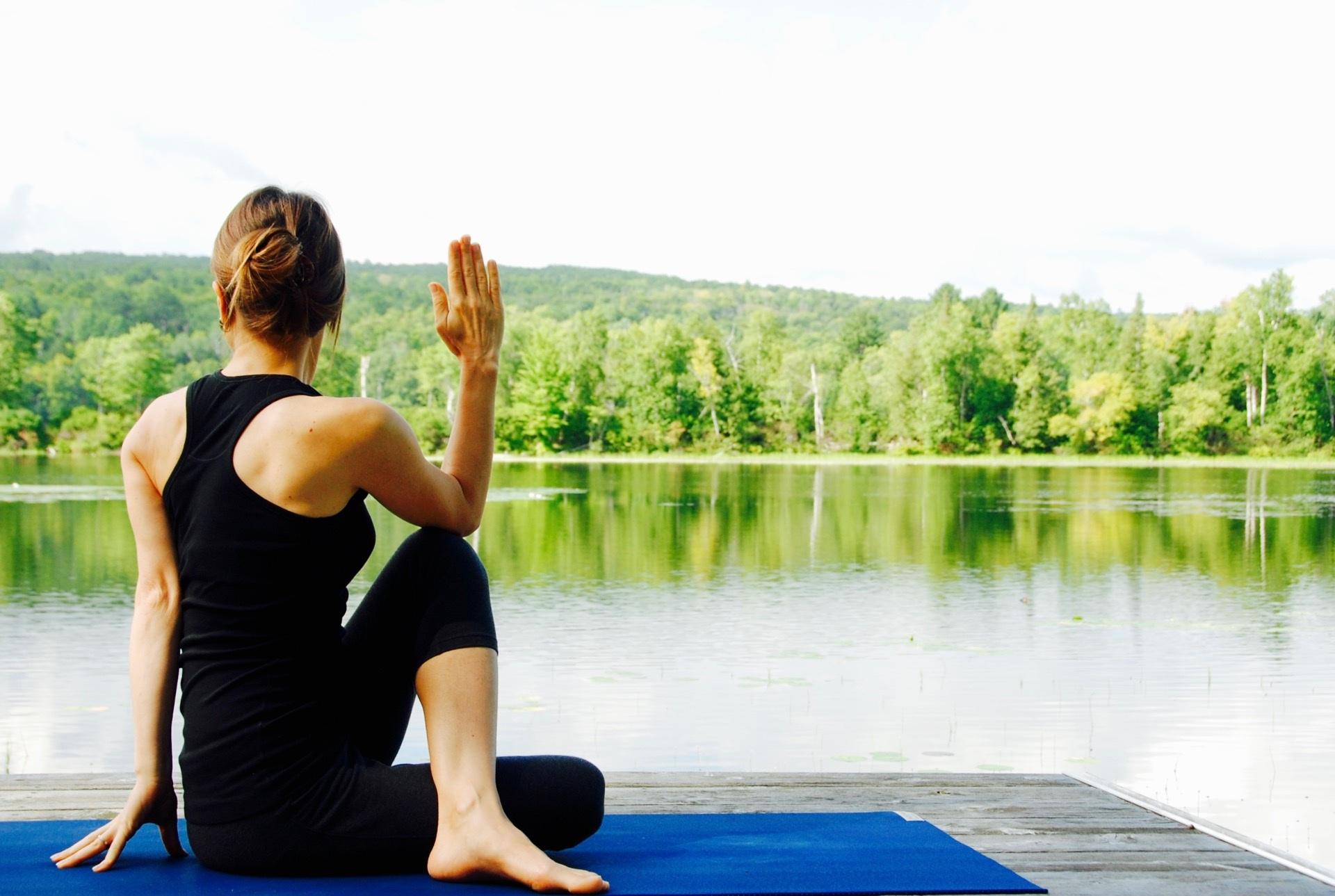 Open Air Yoga mit Blick aufs Wasser