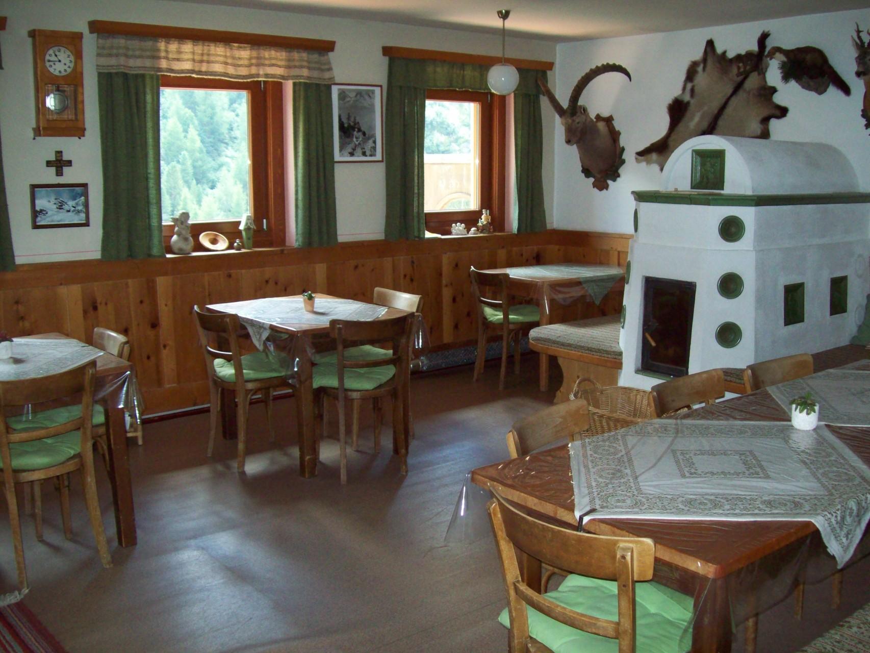 Der gemütliche Speisesaal mit Kachelofen bietet Platz für ca. 30 Personen.