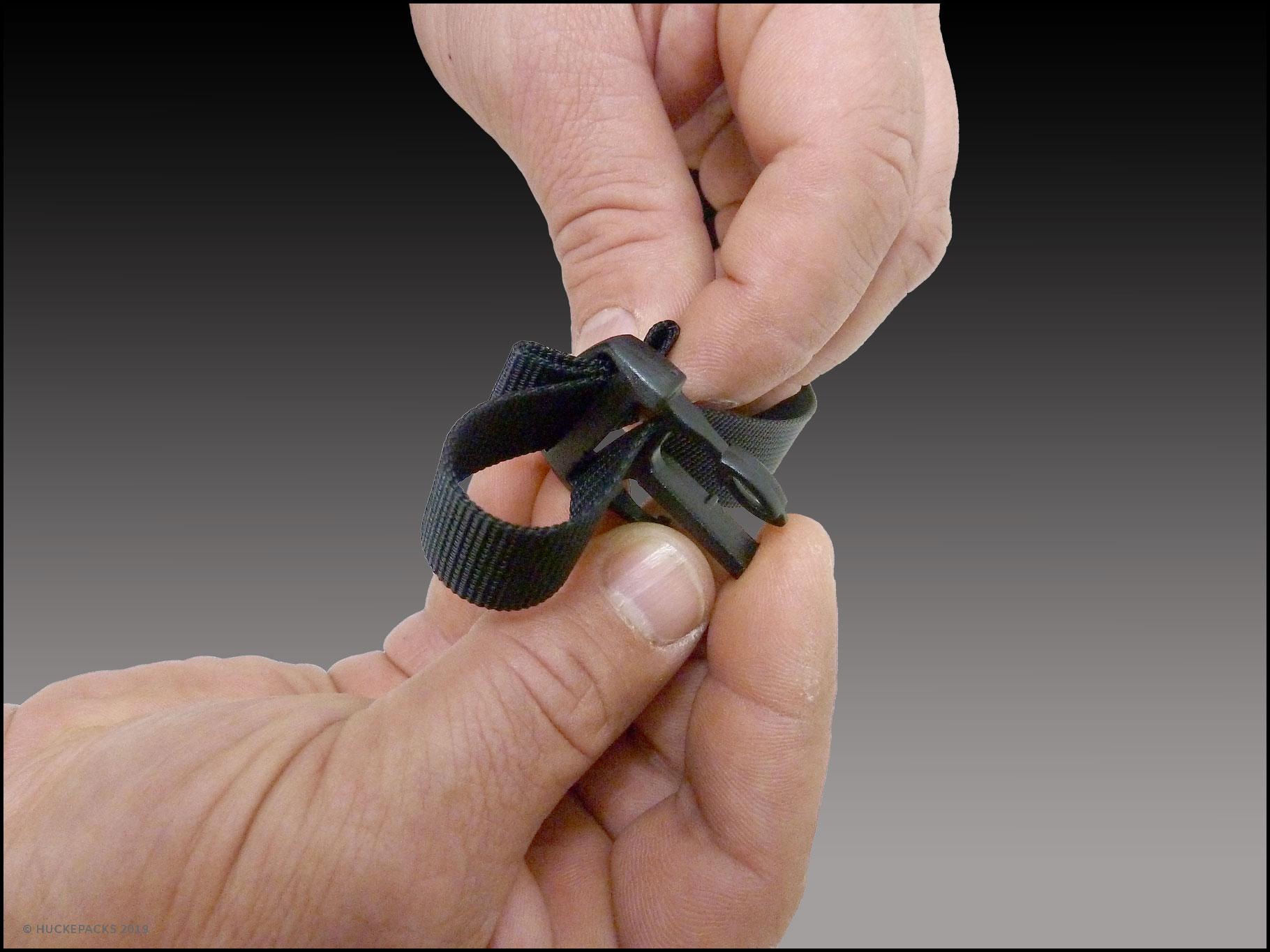 6.  Dual-Release-Schnalle wieder auf das Gurtband des Hüftgurtes einfädeln