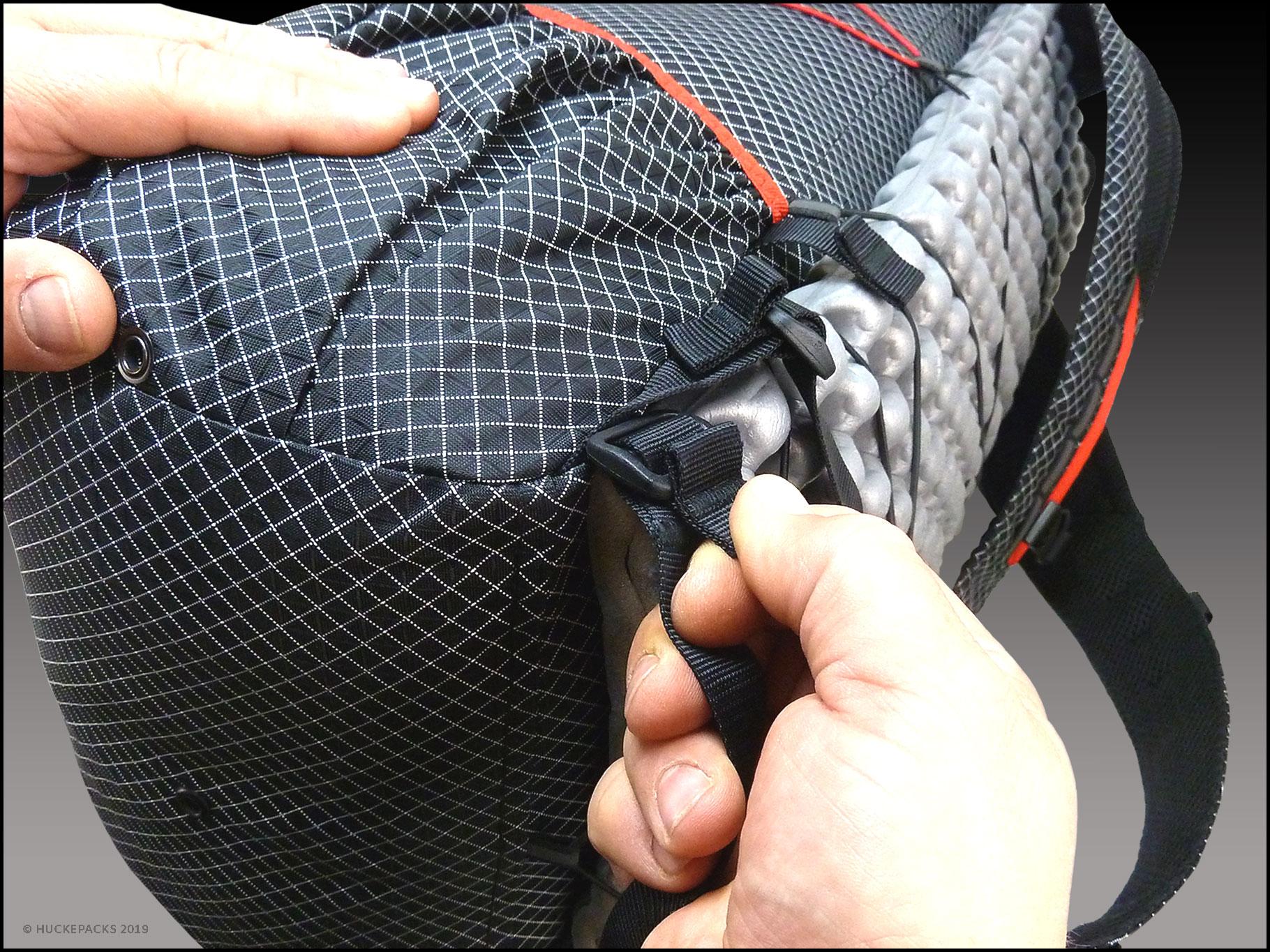 5. Festziehen und darauf achten, dass das Gurtbandende über der Schnalle liegt. Fertig