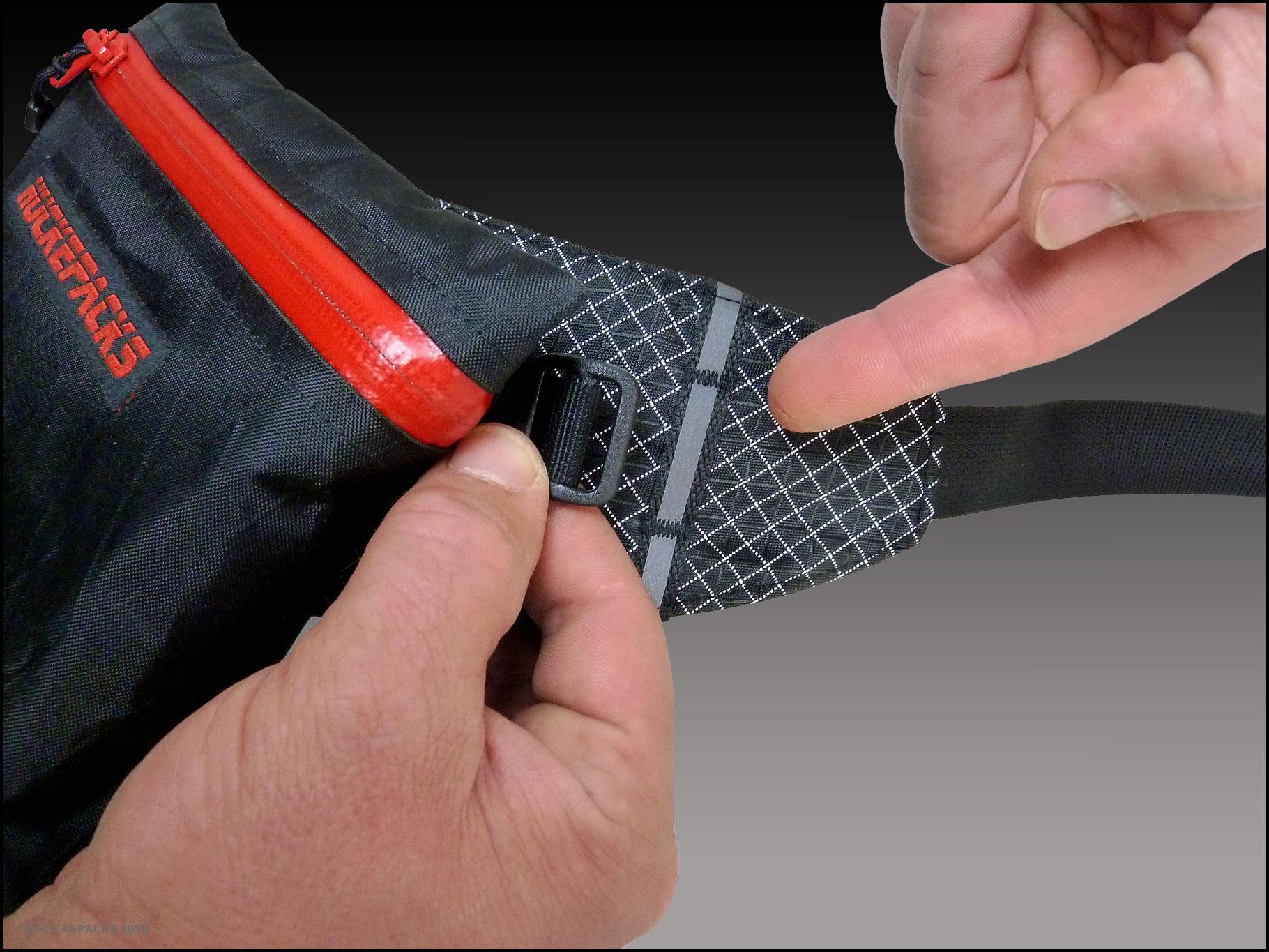 1. Zum Start den Tragegurt von der HIPBELT-Pocket abnehmen, um sie anfügen zu können.