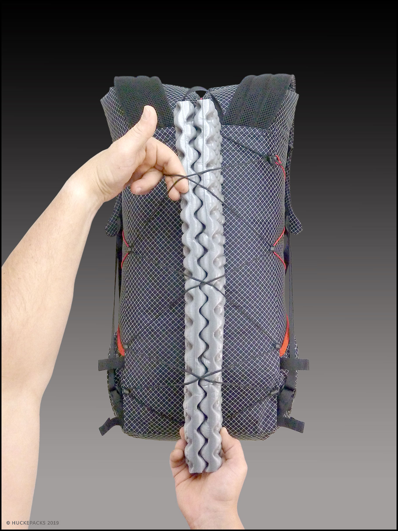 2. Rückenpolsterung gefaltet unter die Elastikkordel schieben