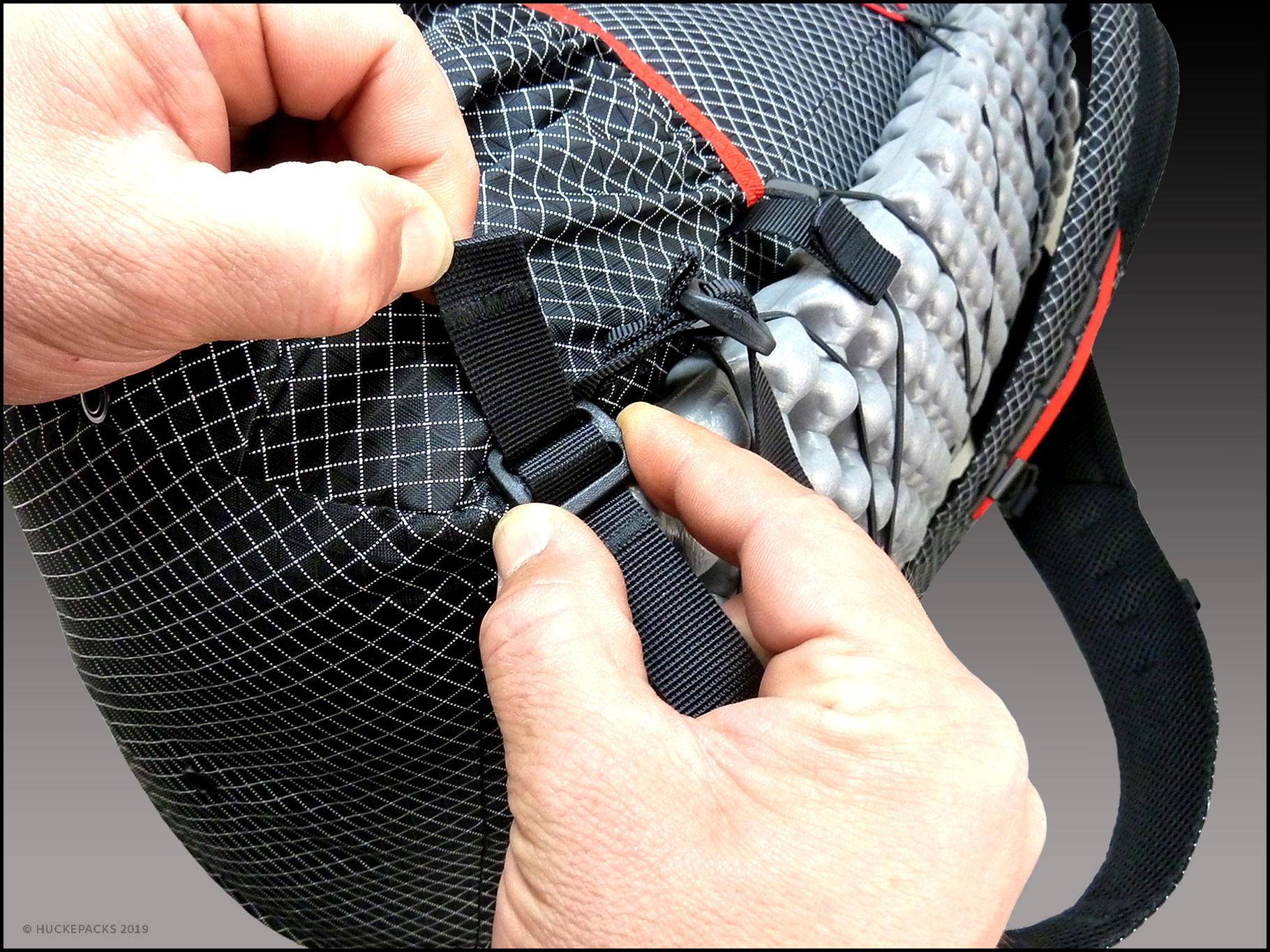 2. Gurtband stramm durch die erste Öffnung ziehen.