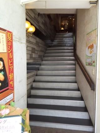 階段を上がって下さい