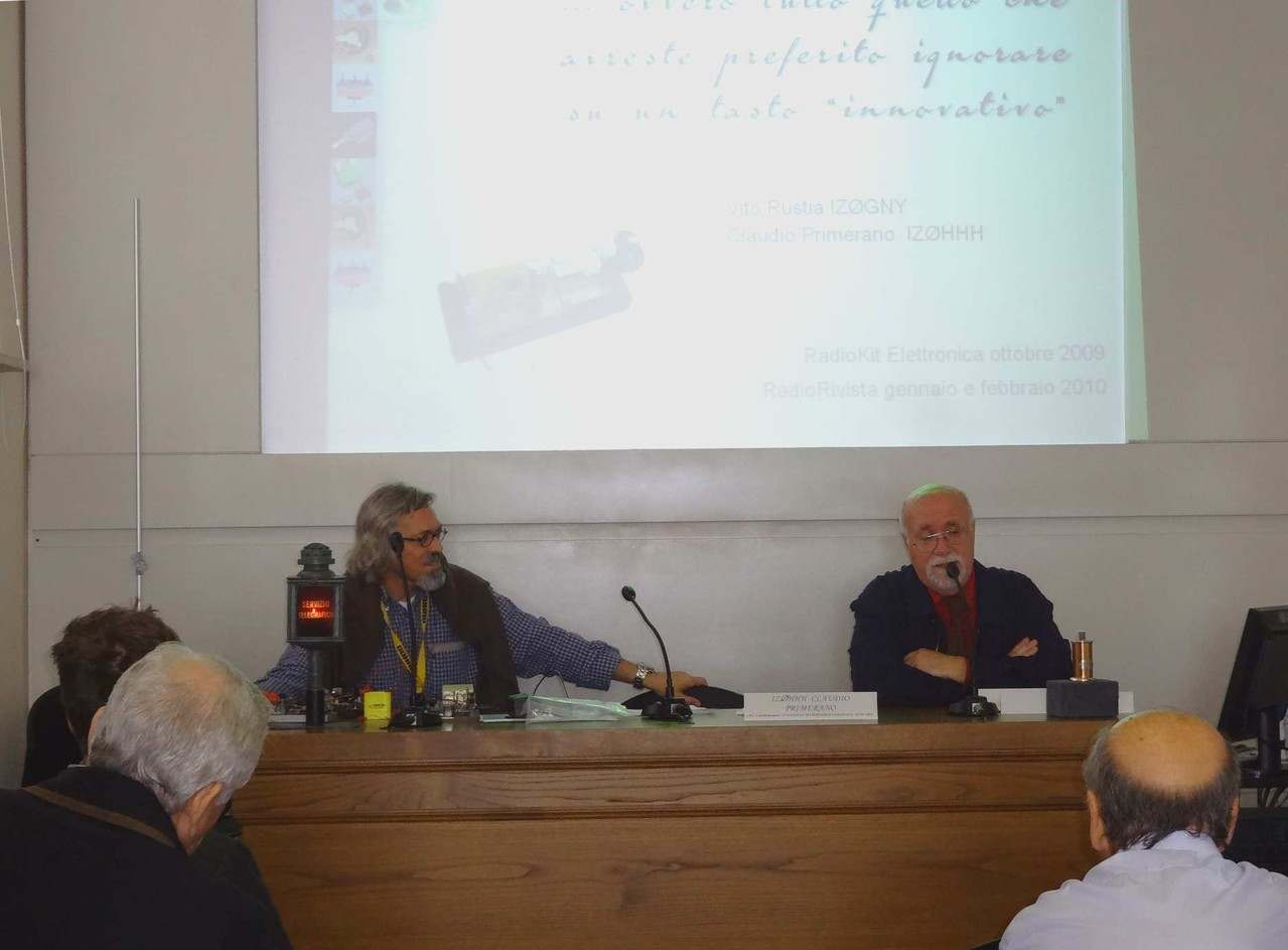 """Vito IZ0GNY e Claudio IZ0HHH durante l'intervento sui """"famosi"""" Trik, i tasti non convenzionali"""