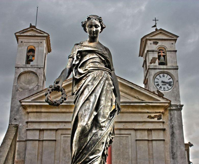 Particolare sulla fontana di Diana Aricina ed il Teatro Comunale sullo sfondo.