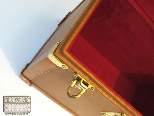 luxury finish on this  trunk Louis vuitton vanity