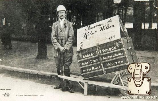 Robert Wilson l'Homme Cible Autour du Monde Avec sa Malle Vuitton