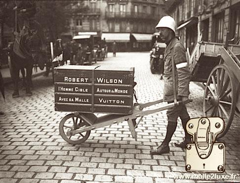 Robert Wilson l'Homme Cible Autour du Monde Avec sa Malle Vuitton Carte postale Paris