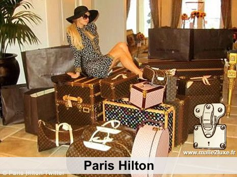 paris hilton aime les malles louis vuitton
