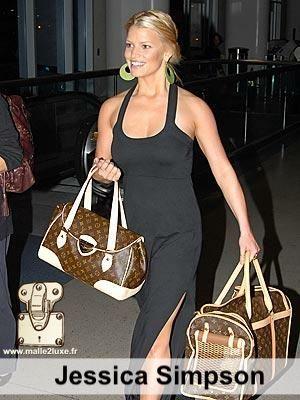 Jessica Simpson aime pas la pluie mais adore voyage avec son chien dans un sac Louis Vuitton c'est tres pratique surtout c'est chic star et animaux de compagnie