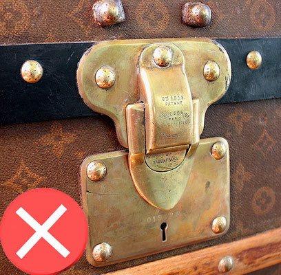 laiton rouge malle courrier louis Vuitton