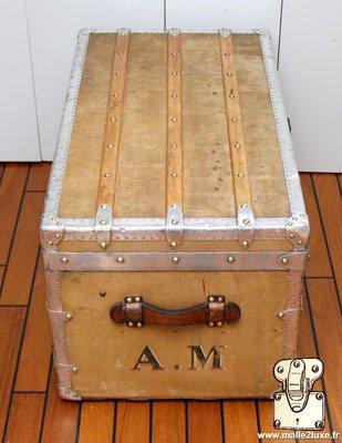Malle louis vuitton bordure aluminium coté avec poignée cuir