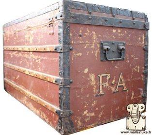 louis vuitton trunk elisio des voyages puce de saint ouen Red painted trunk