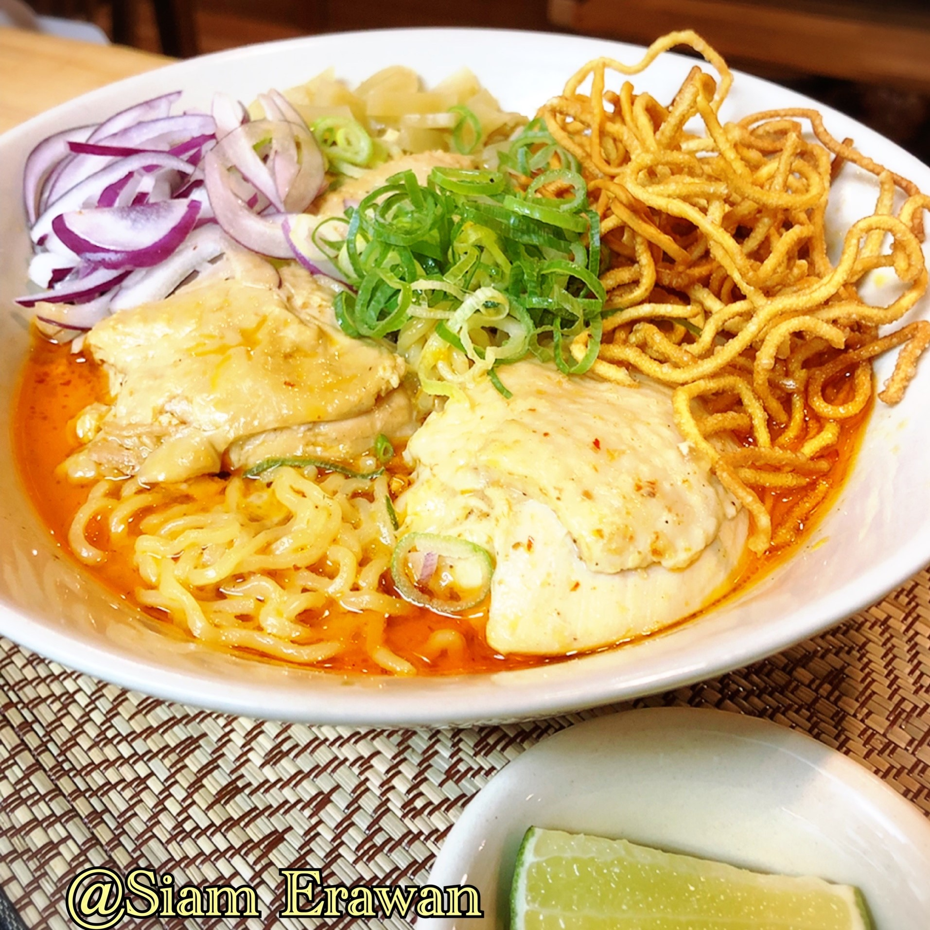 北部チェンマイの郷土料理、カレーラーメンの「カオソーイ」