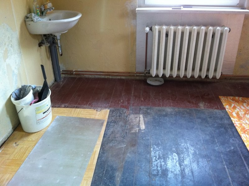 unebener Holzdielenboden, auf dem Fliesen in 60x30 verlegt werden soll