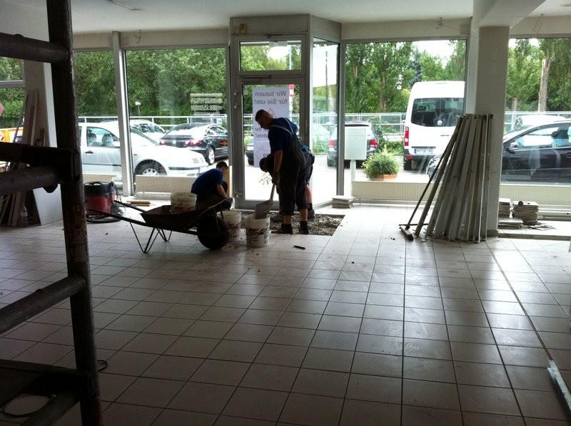 Bei einer Umbaumaßnahme in einem Autohaus, wurden Feldweise und einzelne