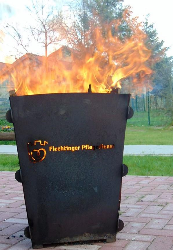 Eine große Feuertonne sorgt nicht nur für wärmende Momente.