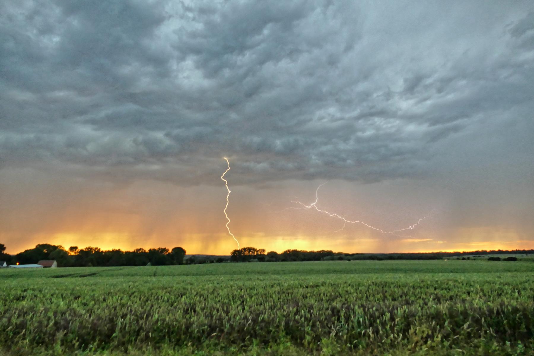 ....... und auch noch ein zweiter Blitz in der Ferne .....