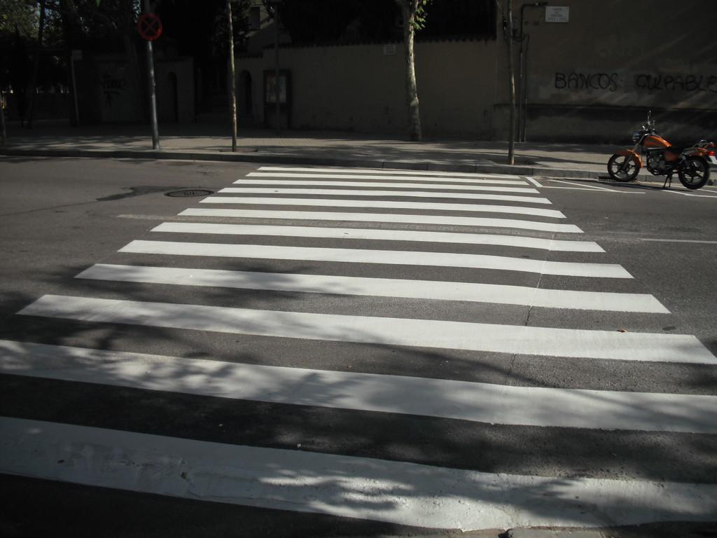 Pas de zebra a c/Cardenal Vives i Tutó, davant dels Caputxins