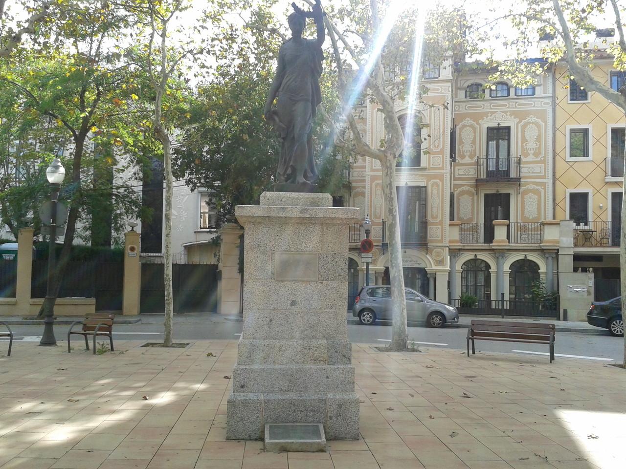 Monument a Pearson, a la plaça des de 1928, per regal del Rottary Club de BCN