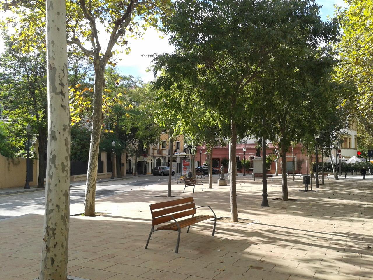 Vista de la plaça des de c/Bosch i Gimpera amb c/Bisbe Català