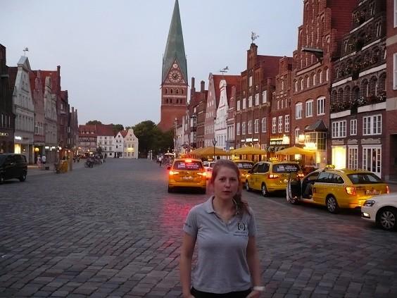 In der Lüneburger Innenstadt mit Sponsoren-Trikot :-)