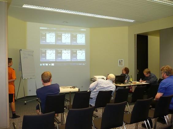 Blick in den Übertragungsraum. Hier werden die laufenden Partien diskutiert.