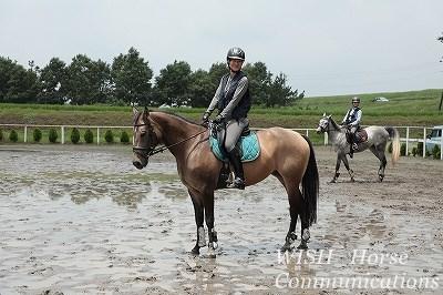 笑顔で乗馬