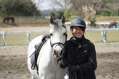 笑顔で馬と仲良しに