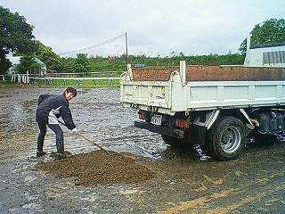 乗馬クラブの馬場の砂入れ
